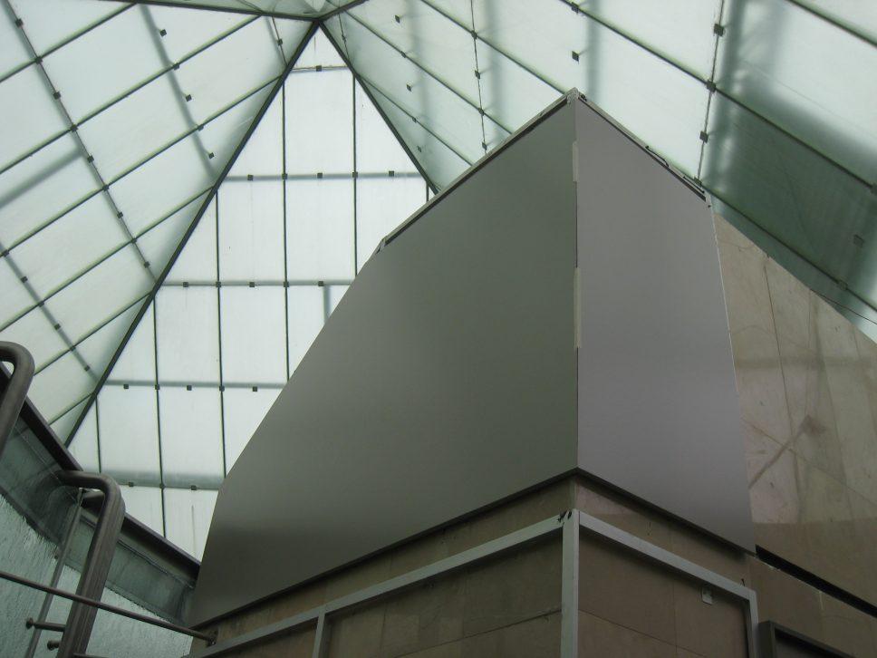 Techo piramidal del C.C. Policentro elaborado con planchas de policarbonato   ALCRISTAL C.A.